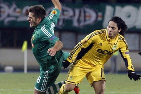 Hráč Rapidu Viedeň Michael Schipelsberger (vľavo) a Juan Manuel Torres z Charkova v zápase Ligy majstrov.