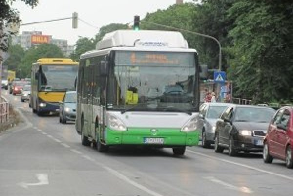 Nový výmer cestovného vôbec neráta s predvolebným sľubom primátora Vladimíra Butka, ktorý Trnavčanom sľuboval cestovanie mestskými autobusmi v nedeľu a počas sviatkov zadarmo.