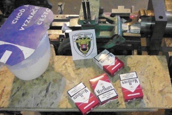 Vo výrobných priestoroch našli colníci približne 6100 kilogramov narezaného tabaku, z ktorého by sa dalo vyrobiť najmenej 6,1 milióna kusov cigariet.