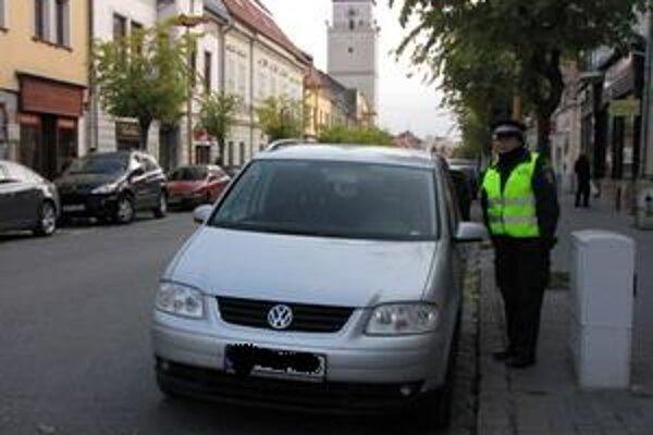 Mestskí policajti rozdali počas prvých dní platnosti nového zákona desiatky pokút.