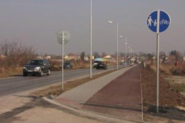 Na cukrovej ulici pribudol nový chodník pre chodcov a cyklistov.
