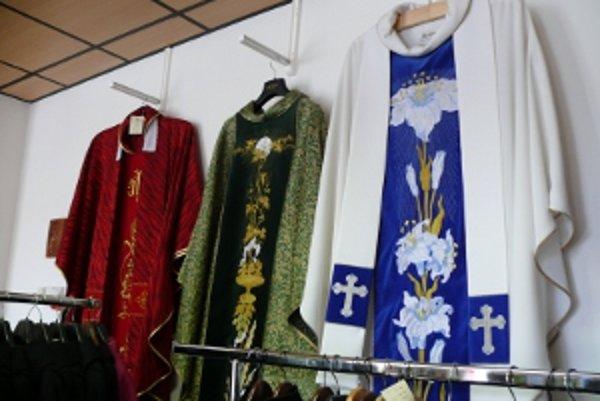 Kňažské ornáty stoja aj niekoľko stoviek eur.