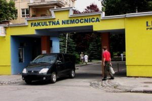 Poplatok jedno euro za vstup motorovým vozidlom do areálu nemocnice zaviedli ešte vo februári.