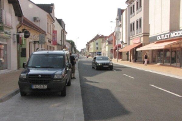 Okrem nového asfaltu pribudli na zrekonštruovanej Teplickej ulici aj riadne označené parkovacie miesta.