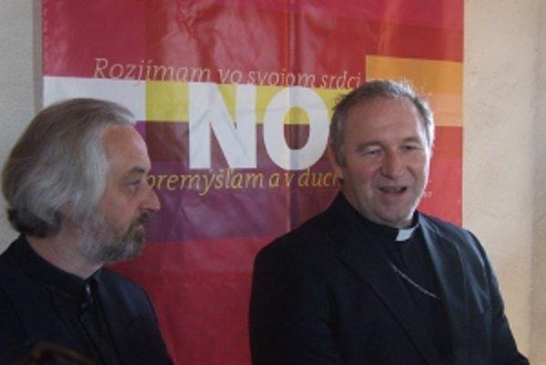 Arcibiskup Róbert Bezák (vpravo) a zástupca evanjelickej cirkvi Rastislav Hargaš.