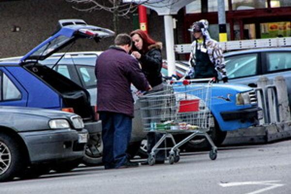 Pri vykladaní tovaru z nákupného košíka do auta si všímajte, kto sa práve pohybuje okolo vášho vozidla.