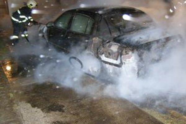 Majiteľ zhoreného auta vyčíslil škodu zatiaľ na viac ako 13-tisíc.