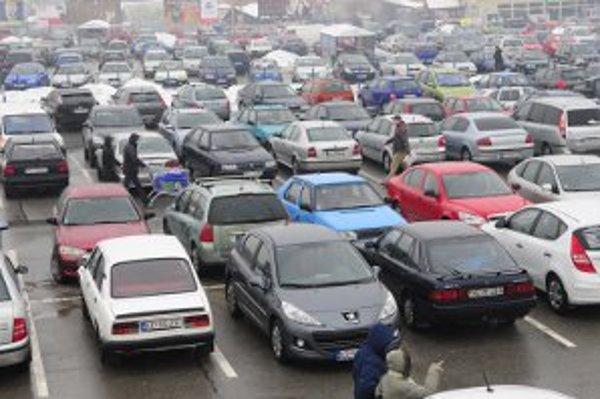 Šoféri na parkovisku parkujú aj keď neplánujú nakupovať v obchodnom centre.