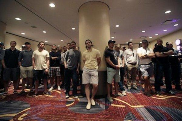 Hráči NHL sledujú príhovor výkonného riaditeľa hráčskej asociácie Dona Fehra v New Yorku. Zámorská NHL je na pokraji tretej výluky za posledných 18 rokov.