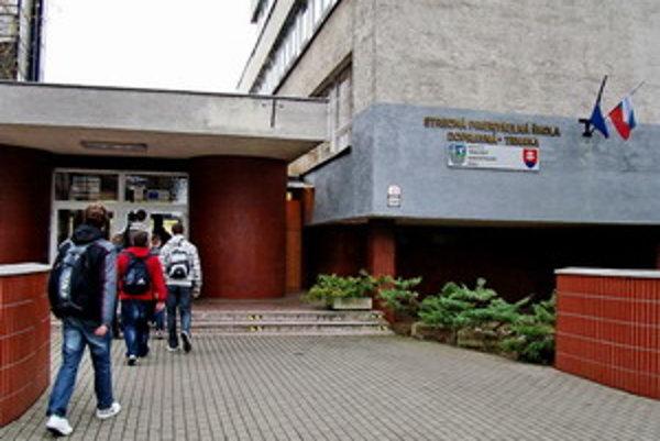 Škola sídli na Študentskej ulici.