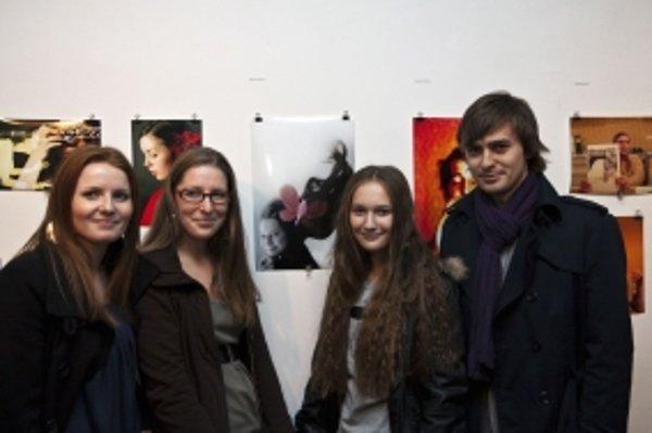 Študenti z Fakulty masmediálnej komunikácie Univerzity sv. Cyrila a Metoda pózujú na vernisáži vlastných fotiek.