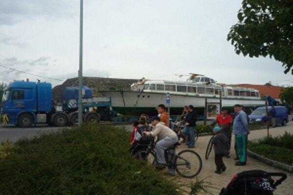 Šofér s loďou nevedel vytočiť križovatku.