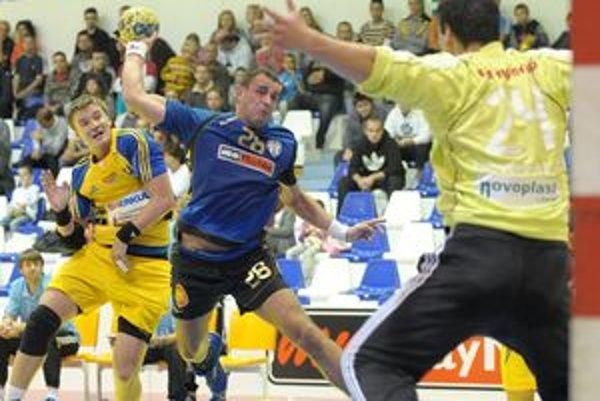 Martin Strapko bol s dieviatimi gólmi najlepším strelcom Hlohovca v úvodnom zápase Pohára EHF proti Dukle Praha (22:18).