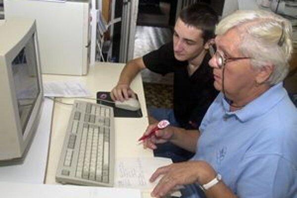 Starší dlhodobo nezamestnaní majú často záujem o získanie počítačových zručností.