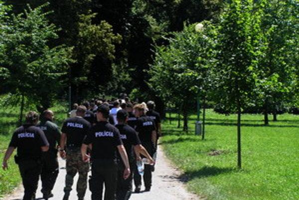 Hlohovec prečesávali stovky policajtov.