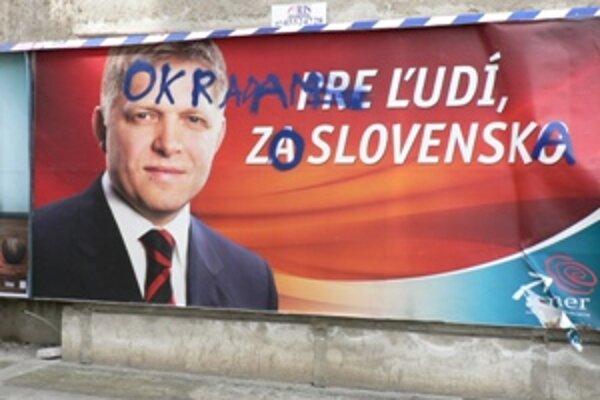 Predvolebný bilbord strany SMER-SD sa stal terčom útoku sprejerov aj v Trnave.