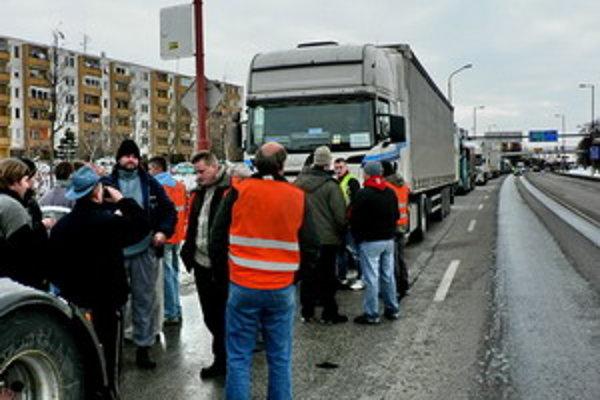 Dopravcovia odchádzazajú z Hlbokej.