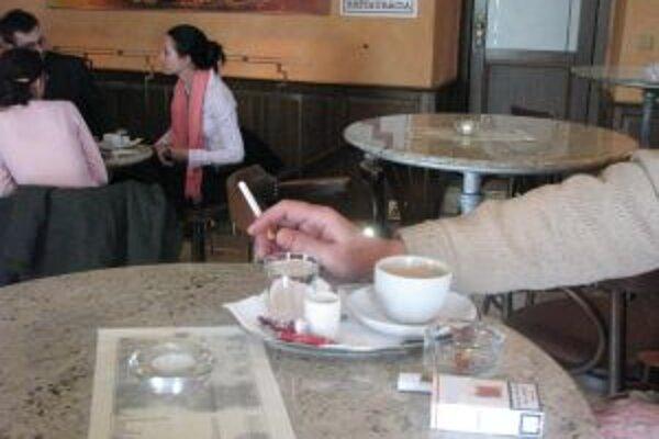Podniky, v ktorých si nemožno pri káve posedieť s cigaretou, strácajú zákazníkov.