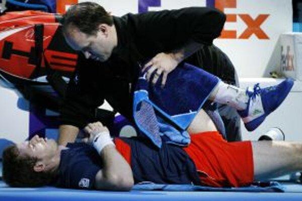 Andy Murray ošetrovaný počas úvpdného duelu z Ferrerom.