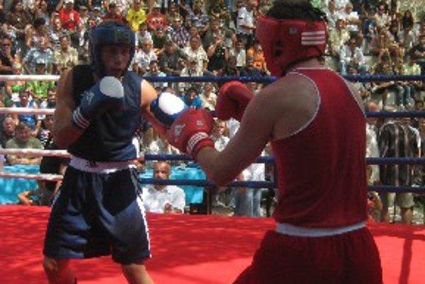 Tibor Kružel (v modrom) v zápase s maďarským protivníkom.