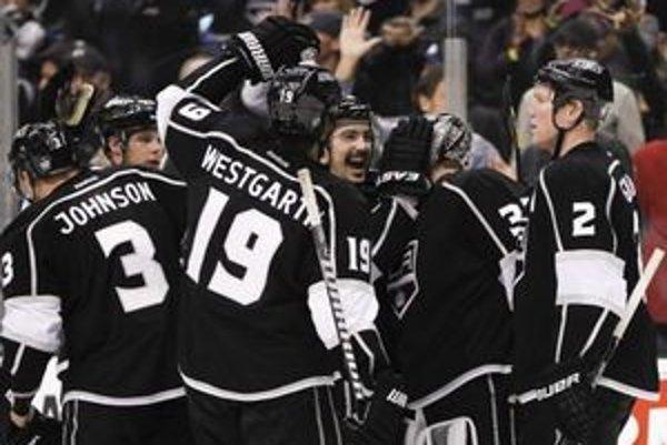 Hokejisti Los Angeles oslavujú výhru nad San Jose.
