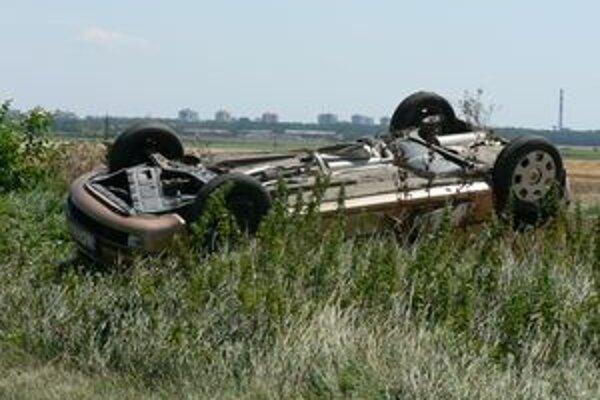 Po nehode sa jedno z vozidiel prevrátilo na strechu.