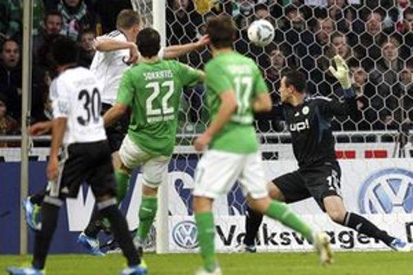 Sokratis Papastathopoulos v drese Brém (tretí zľava) otvára skóre zápasu medzi SV Werder Bremen a VfL Wolfsburg.