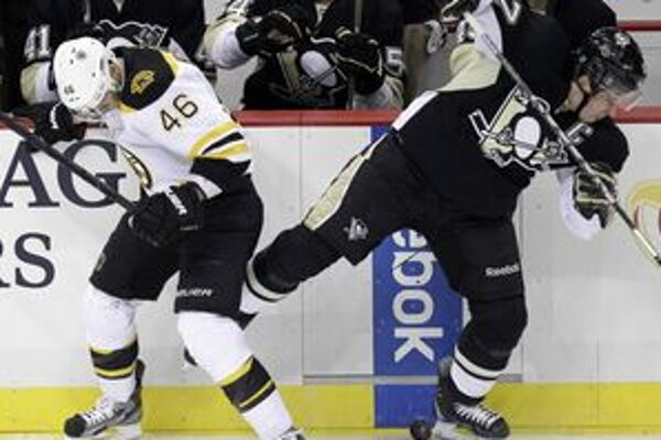Sidney Crosby tesne po náraze od Davida Krejčího.
