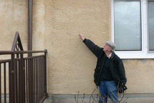 Ľuďom z Hraničnej ulice v Modranke praskajú domy.