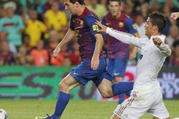 Súboj Messiho (s loptou) s Critianom Ronaldom (v bielom) sa skončil víťazstvom hráča Barcelony.
