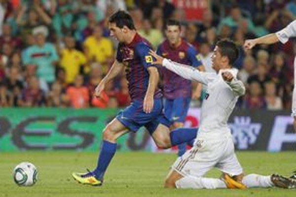 Lionel Messi (vľavo) vybavil v španielskom Superpohári všetkých päť gólov Barcelony. Jeden dal v prvom zápase v Madride, dva pridal v odvete v Barcelone. K tomu dvakrát asistoval. Cristiano Ronaldo (vpravo) ho márne stíhal.