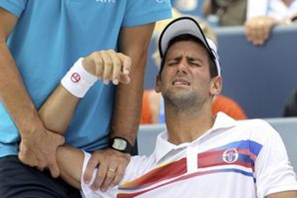 Novaka Djokoviča ošetruje počas finále v Cincinnati fyzioterapeut.