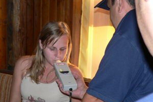 Polícia prichytila opitých žiakov. (ILUSTRAČNÉ FOTO)