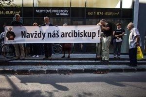 Oproti Arcibiskupskému úradu sa zišli prívrženci odvolaného Róberta Bezáka.