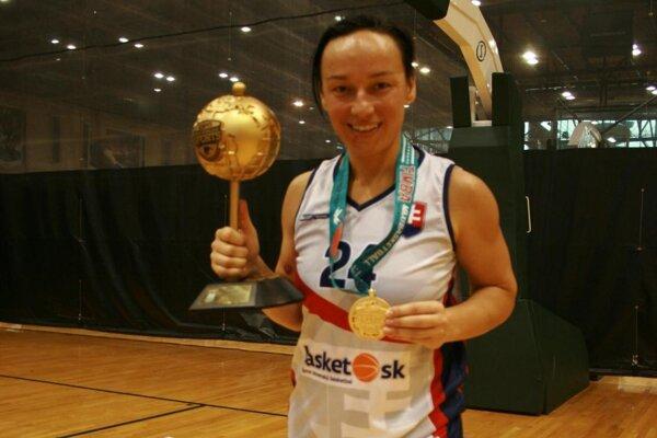 Monika Barényiová s medailou a pohárom.