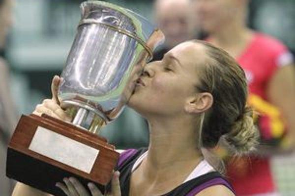 Šťastná Dominika Cibulková so svojou prvou trofejou v turnajoch WTA Tour. Moskva zostane pre ňu špeciálnym mestom.