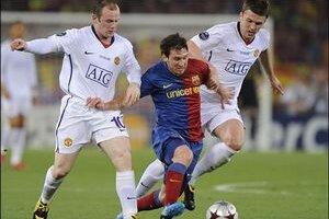 Messi v súboji s hráčmi Manchestru.