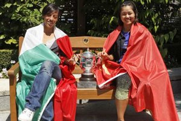 Francesca Schiavoneová (vľavo) a Na Li s víťaznou trofejou pred finále na Roland Garros.