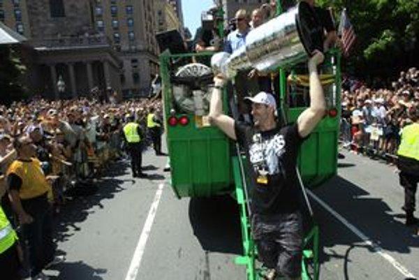 Kapitán medveďov Zdeno Chára na sobotňajších oslavách Stanley Cupu v uliciach Bostonu.