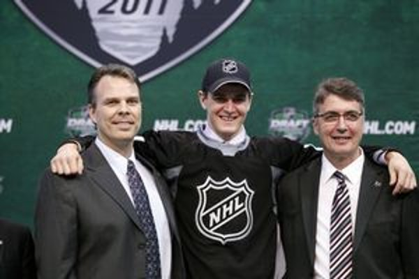 Mark Scheifele (v strede) po drafte s predstaviteľmi klubu Winnipeg Jets.