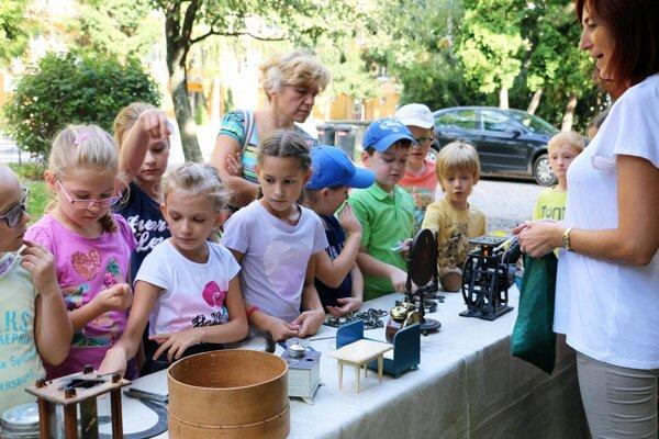 Mladí návštevníci múzea hádali, na čo sa používali vystavené exponáty.