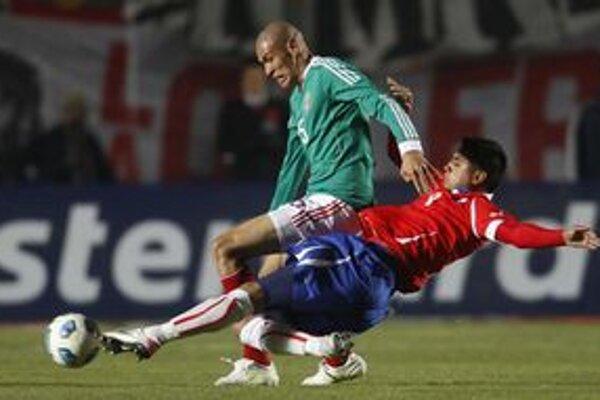 Mexičan Garcia v súboji s Čiľanom Vidalom.