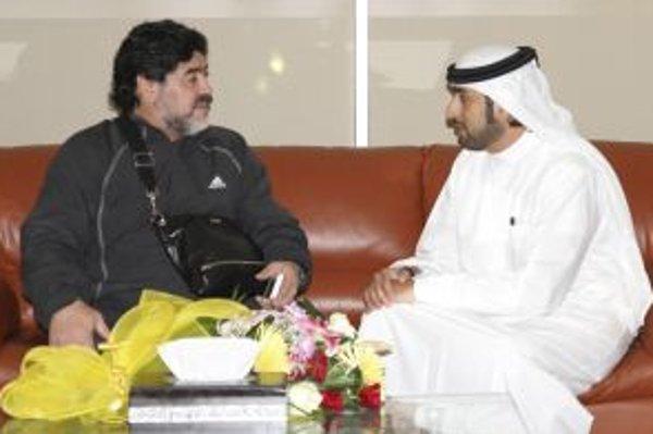 Diego Maradona (vľavo) na stretnutí s prezidentom Al-Wasl Marwanom bin Bayatom.