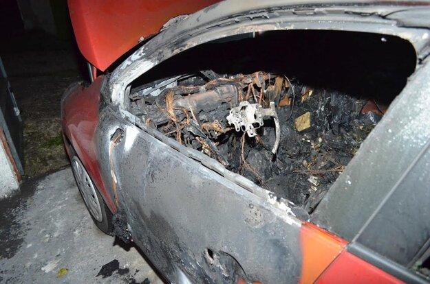 Majiteľka našla v garáži auto úplne zničené požiarom.