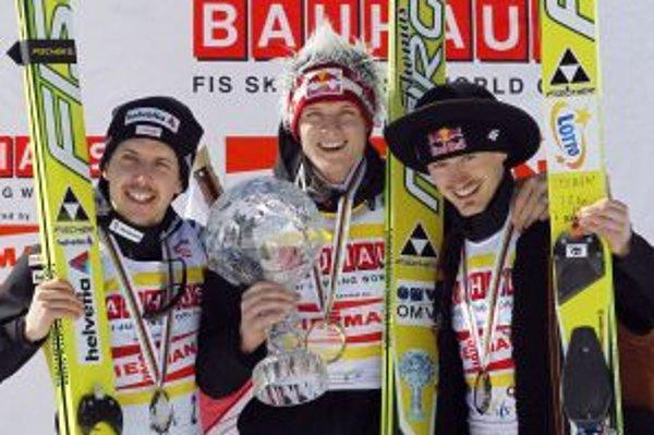 Thomas Morgenstern (v strede), Simon Ammann (vľavo) a Adam Malysz