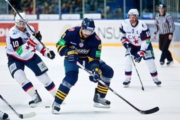 Prešovský rodák Jaroslav Obšut (v tmavom) vymenil v kariére 18 zahraničných klubov, vyskúšal si NHL, Slovensko reprezentoval na majstrovstvách sveta 2005 a 2009.