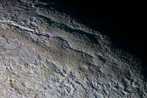 Povrch Pluta pripomína dračie šupiny, či kôru stromu.