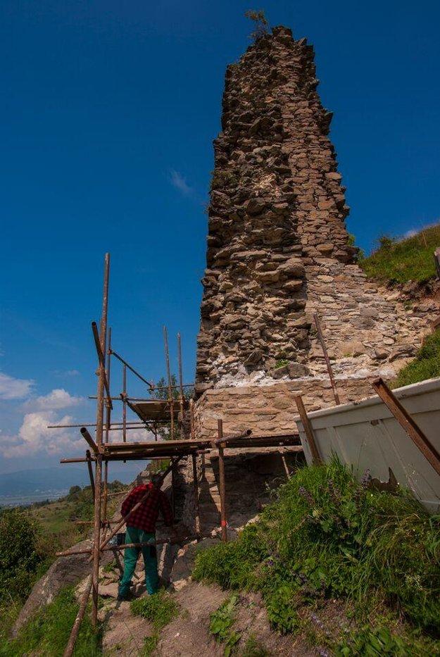 Práce na murovaní veže robia dobrovoľníci pod dohľadom odborníkov.