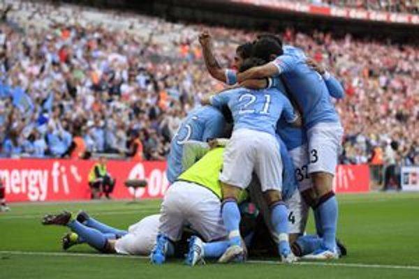Futbalisti Manchestru City oslavujú gól do siete Stoke City.