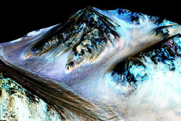 Dlhé stopy zanechala tečúca voda na Marse.